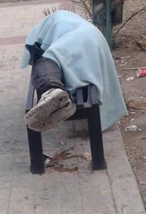 """امام وزارة التنمية : ما قصة المشرد الذي ينام بشوارع المدينة الرياضية منذ 5 ايام """"صور"""""""