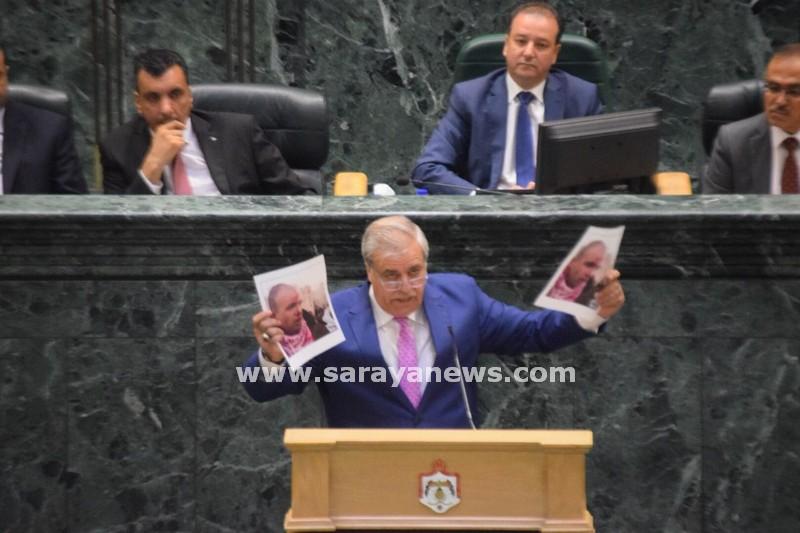 بالصور  ..  النائب النهار يهاجم الوزير الغرايبة ويرفع صوره تحت القبة