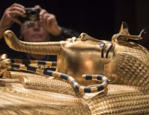 ترميم التابوت المذهب للملك توت عنخ آمون لأول مرة