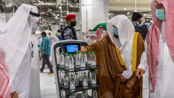 روبوت ذكي لتوزيع عبوات زمزم في المسجد الحرام