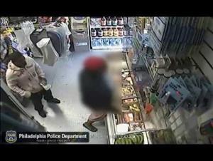 """بالفيديو : وضع """"موزة"""" في جيبه وهدد صاحب المحل بالقتل بمسدس"""