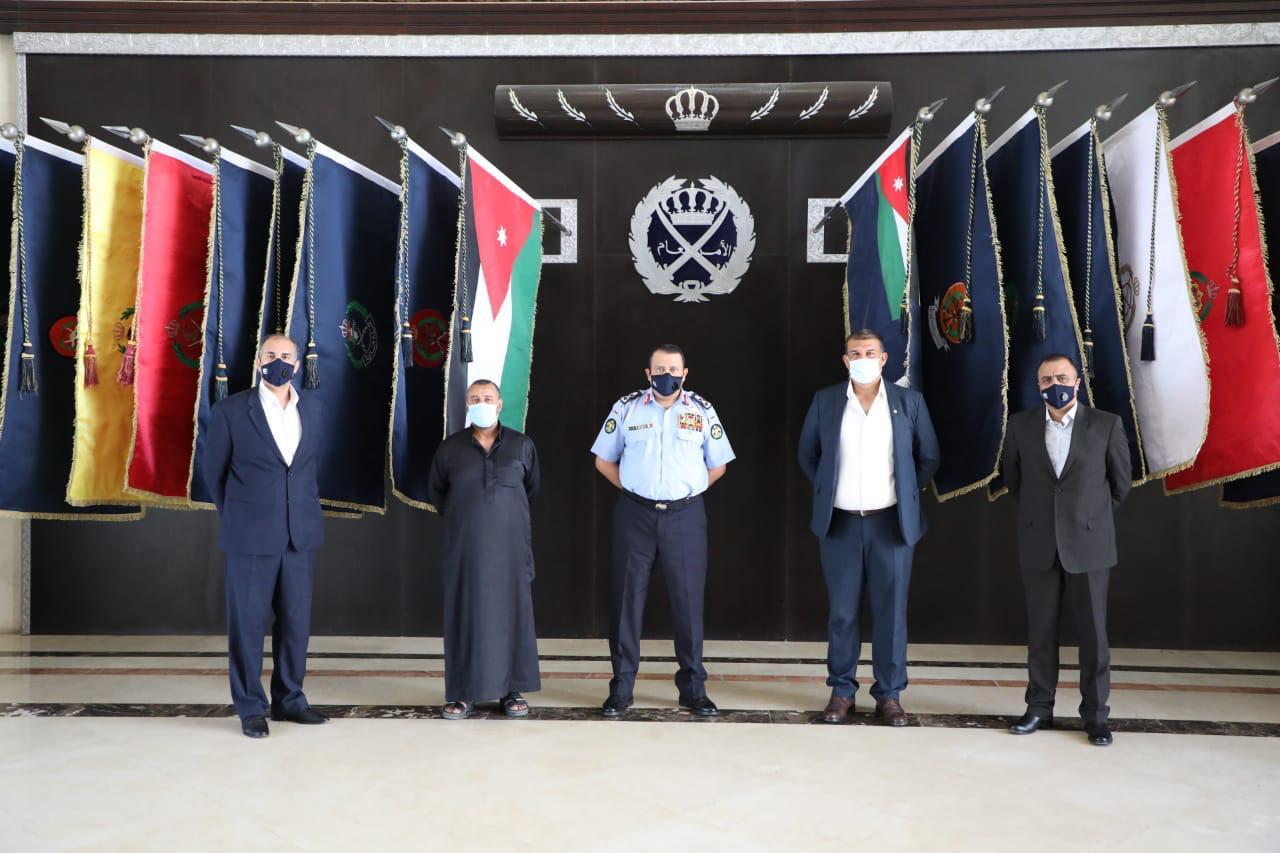 الحواتمة يكرم ضابطين متقاعدين لتعاونهما في كشف قضيتين هامتين