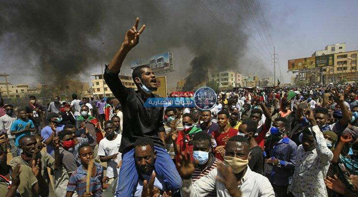 السودان ..  الشرطة تطلق الغاز المسيل للدموع لتفريق المحتجين أمام القصر الرئاسي