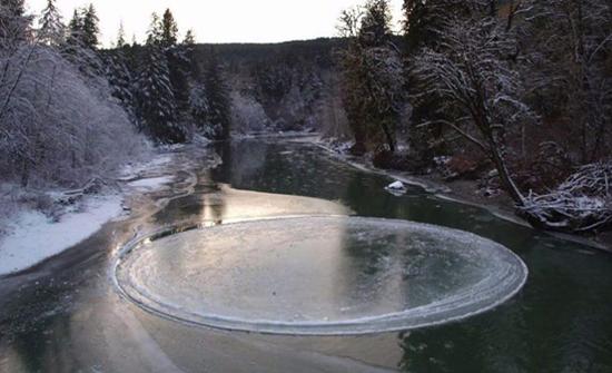 شاهد: ظاهرة نادرة ..  تَشكُّل قرص جليدي فوق بحيرة مجمدة في أمريكا