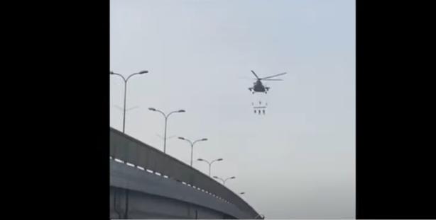 بالفيديو ..  ما حقيقة المقطع المتداول لتعليق 3 عسكريين سعوديين متهمين بالخيانة بطائرة عسكرية في الجو بعد إعدامهم؟