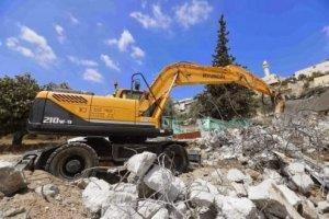 القدس : قوات الاحتلال تهدم 4 منازل وحظائر في العيزرية