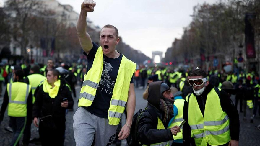 فرنسا تعتقل 100 شخصا من السترات الصفراء