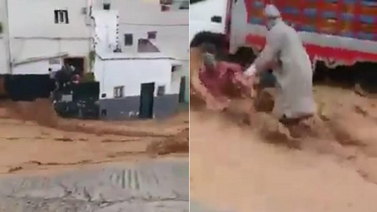 السعودية  .. فيديو بطولي لشباب ينقذون مسنة وفتاة وطفل من السيول الجارفة