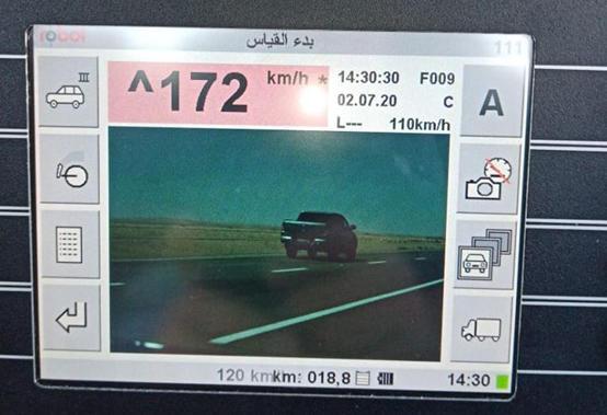 الدوريات الخارجية تضبط مركبة تسير بسرعة 172 كم/س عند مثلث محي باتجاه عمان