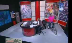 بالفيديو...  كفيف يقود دراجة نارية داخل استوديو تلفزيوني