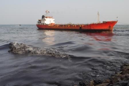 """مصدر رسمي لـ""""سرايا"""" : تسرب نفطي محدود في مياه العقبة"""