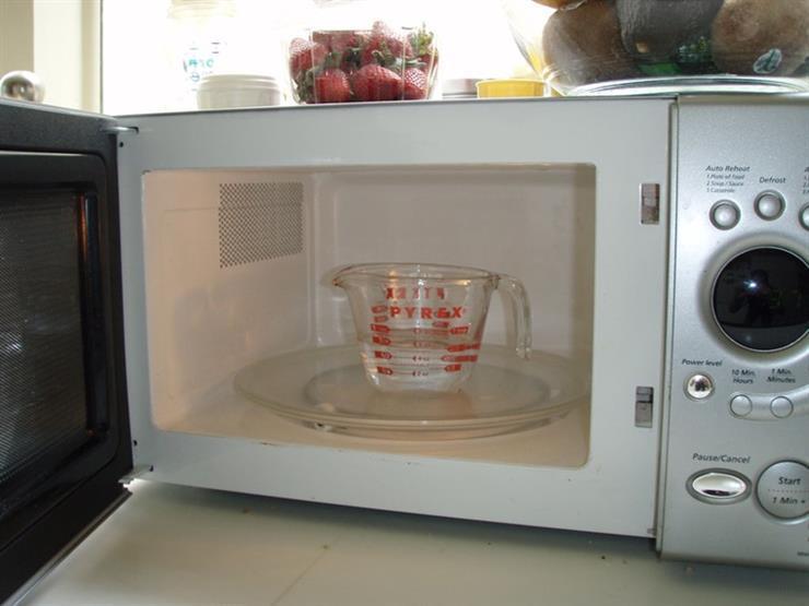 3 أسباب تدفعك لوضع كوب من الماء داخل الميكروويف