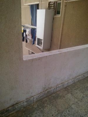 مصري يُخرج ثلاجته من حائط المنزل الى الخارج ليستغل مساحتها.. صورة