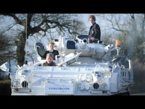 بالفيديو : بسبب ظروف الطقس.. أب يُقل ولديه للمدرسة على متن دبابة