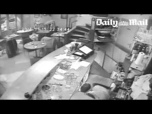 بالفيديو .. كاميرات مراقبة تظهر اللحظات الأولى للهجوم الإرهابي على مطعم في باريس