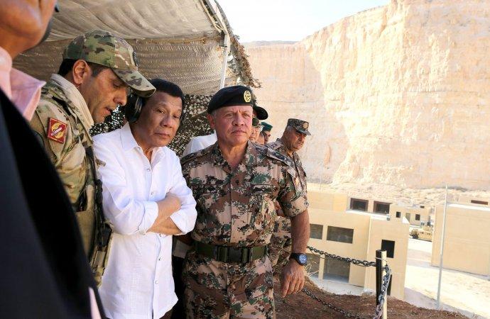 الملك والرئيس الفلبيني يتابعان تمريناً عسكرياً في مركز الملك عبدالله الثاني لتدريب العمليات الخاصة
