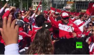 بالفيديو ..  جماهير البيرو تشعل الأجواء قبل مواجهتها المصيرية مع فرنسا