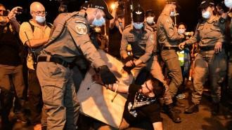 الآلاف يتظاهرون ضد نتنياهو امام مقر اقامته في إسرائيل