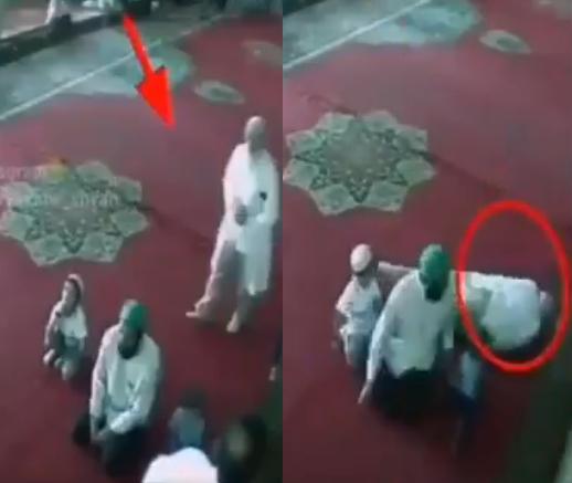بالفيديو  ..  حُسن الخاتمة في مسجد  ..  رجل تصدّق على طفلين ثمّ فاضت روحه إلى بارئها