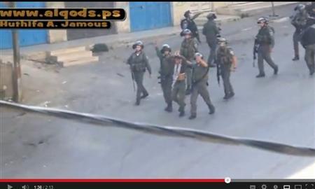 بالفيديو  ..  الإحتلال يستخدم شاباً فلسطينياً كدرع بشري أثناء المواجهات