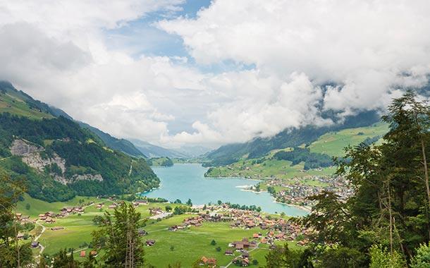 بالصور  ..  استمتع بالسياحة في أجمل البحيرات السويسرية