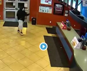 بالفيديو ..  لص يقتحم مطعماً لسرقته ليجد مفاجأة غيرة متوقعة!!