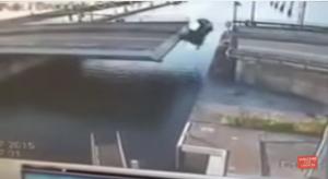 سائق سيارة متسرع أخذ حمام هو وسيارته