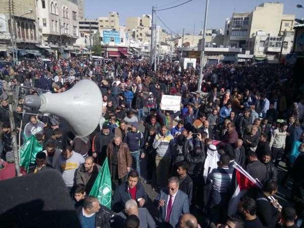 """آلاف الاردنيين في وسط البلد ينددون بقرار ترامب ويهتفون """"لا سلام ولا أمان ..  القدس مثل عمان"""""""