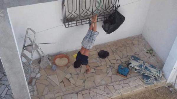 أثارت جدلاً كبيراً بتونس ..  أب يعنف طفله بطريقة وحشية
