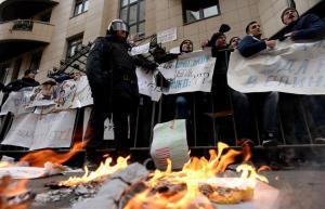 روسيا.. متظاهرون يرشقون السفارة التركية بالبيض