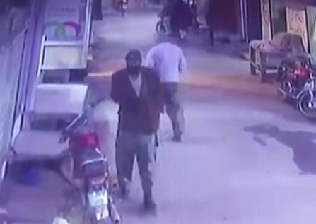 بالفيديو  ..  قاتل و مغتصب الطفلة زينب يحوم حول منزلها