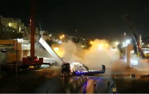 بالفيديو  ..    شاهد لحظة  انهيار وصلة جسر للباص السريع في شارع الجيش