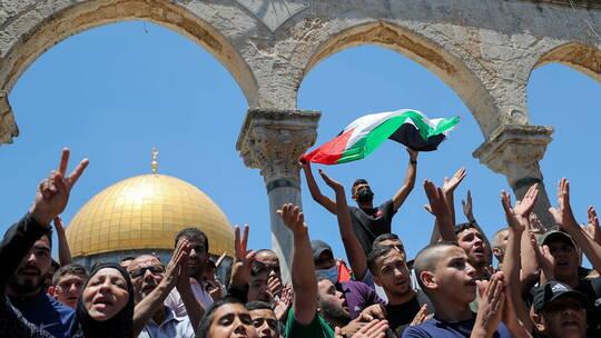 مواجهات بين فلسطينيين والجيش الاحتلال عقب اقتحام المسجد الأقصى .. (فيديو