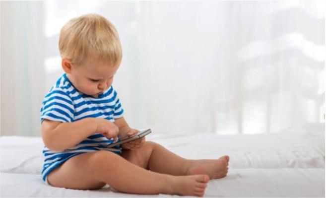 الهواتف الذكية مسؤولة عن تأخُّر النطق لدى الأطفال!