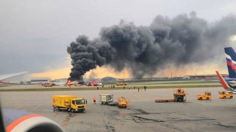 مشاهد مخيفة  ..  النيران تشتعل في محرك طائرة ركاب روسية  ..  فيديو