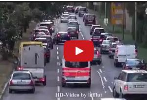بالفيديو : هذا ما يحدث في اليابان عند مرورة سيارة الاطفاء