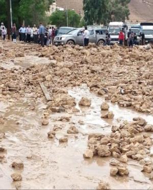 بالصور : أمطار غزيرة تداهم منازل وتغلق وتجرف طرقاً وسط وشمال المملكة