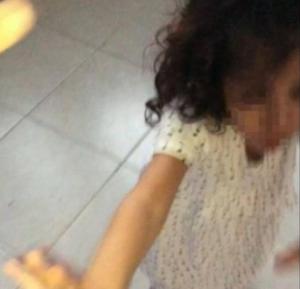 فيديو مروع ..  خادمة تعنف طفلة بطريقة وحشية