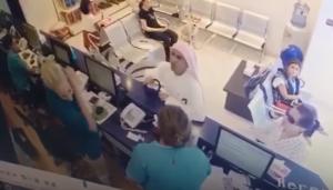 """بالفيديو ..  بعد مشادةٍ كلاميّة .. خليجي يبصُق على موظفة بمستشفىً ويهاجمها بـِ""""عقاله"""" ضرباً!"""