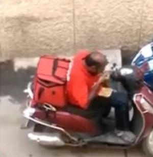 """بالفيديو: عامل """"ديليفيري"""" يقوم بتصرّف """"مُشين"""" ..  هذا ما ارتكبه"""