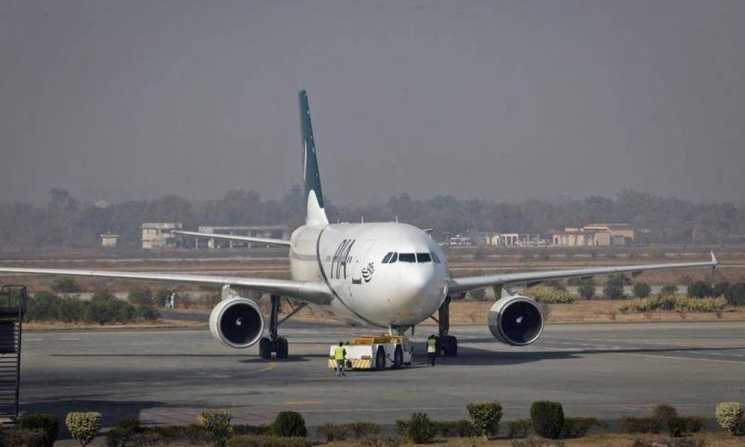 راكبة تتسبب في تأخُّر إقلاع طائرة بعدما فتحت باب الطوارئ ظناً منها أنه باب المرحاض
