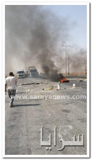 بالصور .. اصحاب المواشي يغلقون الطريق الصحراوي بالحجارة و الاطارات المشتعلة