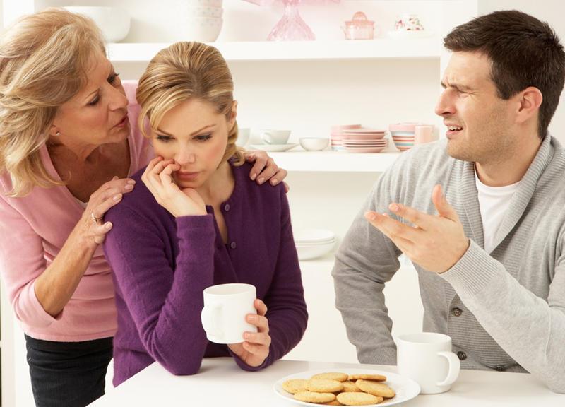عانس بارة أم زوجة عاق ..  كيف أترك أمي وحيدة؟