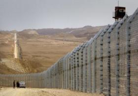 لبنانيون يحاولون اقتلاع السياج الحدودي مع اسرائيل