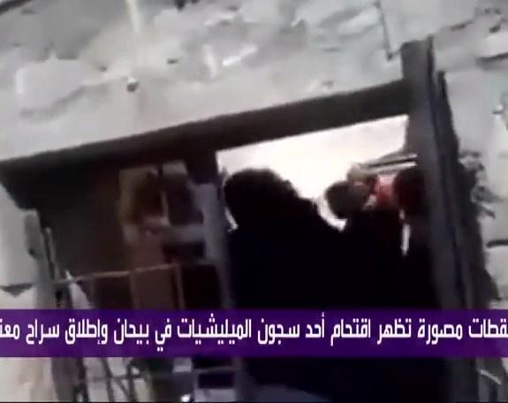 بالفيديو  ..  لحظة اقتحام سجن حوثي في اليمن و إطلاق سراح معتقلين