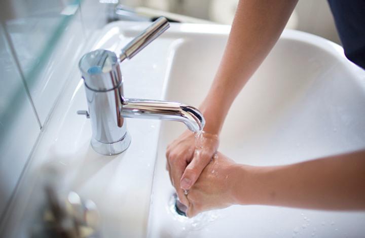 هل عليك غسل يديك في كل مره تذهب فيها إلى الحمام؟
