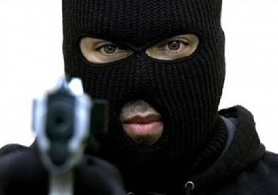 شاهد بالفيديو  ..  سلب 20 ألف دينار في سطو مسلح على بنك فلسطيني