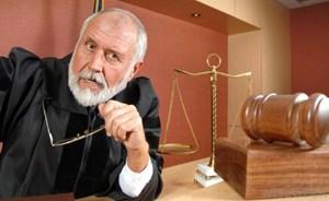 لماذا يرتدي القضاة عباءة سوداء؟