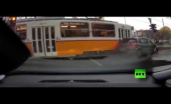 بالفيديو : حافلة ترام تصطدم بسيارة وتهرسها في اورويا