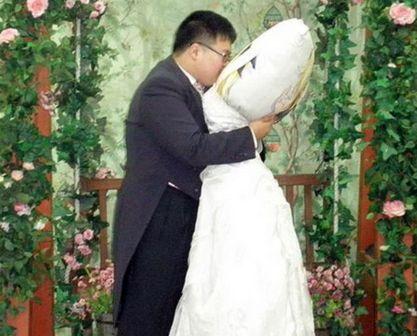 بالصور ..  أغرب 7 زيجات في العالم ..  إمرأة تتزوج من كلب ورجل يتزوج من مخدته!!